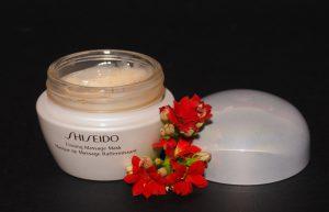 Spevňujúca masážna maska od Shiseido.